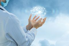 Работник службы здравоохранения поддерживает мозг и интеллект стоковое фото rf
