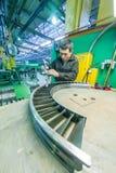 Работник собирает часть для двигателя авиации Стоковая Фотография RF
