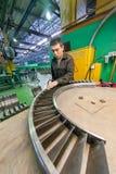 Работник собирает часть для двигателя авиации Стоковое фото RF