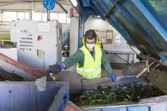 Работник стекла ненужный в рециркулировать объект Стоковое фото RF