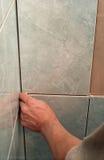 работник стены tiling Стоковые Изображения