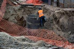 Работник строительства дорог взбирается взгляд грязи задний стоковая фотография rf