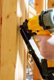 Работник строительного подрядчика кладя в раздел внутренней стены Стоковое Фото