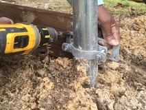 Работник строит новую загородку Стоковое Изображение RF