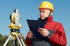 Работник съемщика с теодолитом стоковое фото rf