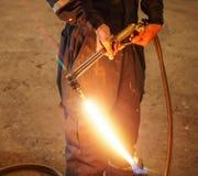 Работник с газовым резаком металла внутри рециркулирует фабрику Стоковые Изображения RF