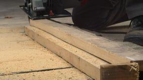 Работник с древесиной отрезков пилы видеоматериал