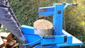 Работник с деревянным splitter в действии, гидравлический, электрическом, швырком видеоматериал
