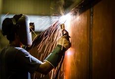Работник с защитной маской стоковое изображение