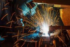 Работник с металлом заварки защитной маски Стоковые Фотографии RF