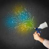 Работник с оружием airbrush красит красочные линии и брызгает Стоковое Изображение RF
