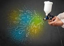 Работник с оружием airbrush красит цветастые линии и брызгает Стоковые Изображения RF