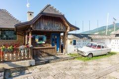 Работник службы рисепшн гостиницы Mechavnik в Drvengrad Kusturica, Сербии Стоковое Изображение RF