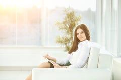 Работник службы рисепшн женщины в лобби современного офиса Стоковое Изображение