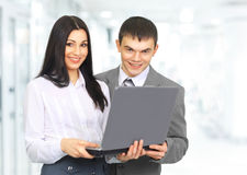 Работник службы рисепшн женщины с компьтер-книжкой и клиентом Стоковые Изображения RF