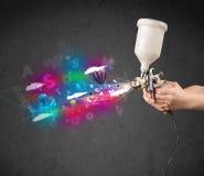 Работник с airbrush и цветастыми абстрактными облаками и воздушными шарами Стоковая Фотография RF