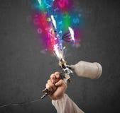 Работник с airbrush и цветастыми абстрактными облаками и воздушными шарами Стоковые Изображения RF
