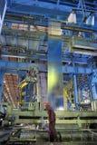 работник тонколистовой стали завальцовки машины стоковое изображение