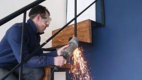 Работник точильщика электрического инструмента режет искры металла сток-видео