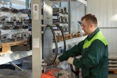 Работник управляет грузоподъемником в складе стоковая фотография rf