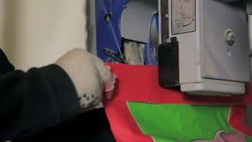 Работник управляет сумками корма для животных видеоматериал