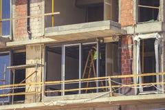 Работник устанавливает новые окна 2 Стоковые Фото
