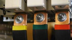 Работник устанавливает технологический шкаф для электрических приборов акции видеоматериалы