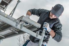 Работник устанавливая леса стоковая фотография rf
