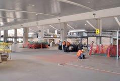 Работник устанавливая пол в конструкцию аэропорта стоковые фотографии rf