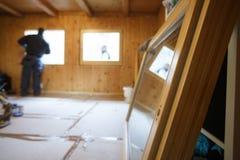 Работник устанавливая новые деревянные окна Стоковые Фотографии RF
