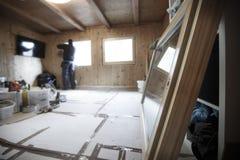 Работник устанавливая новые деревянные окна стоковое фото rf