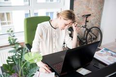 Работник утомленной осадки женский в офисе стоковое изображение