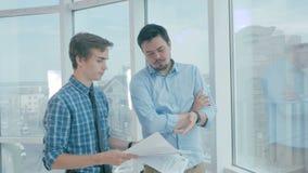 Работник утомлянный сумашедшего директора бросает бумагу внутри для того чтобы хозяйничать готовое и счастливое для прекращенный,
