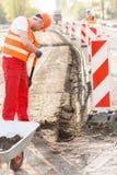 Работник улицы ремонтируя дорогу Стоковое Изображение