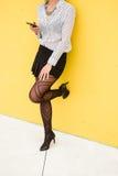 Работник ультрамодной моды женский используя smartphone Стоковые Фотографии RF