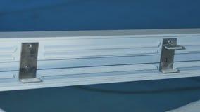 Работник физического труда собирая двери и окна PVC Работы производства Селективный фокус Фабрика для алюминия и PVC Стоковое Изображение RF