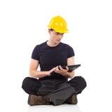 Работник физического труда используя цифровую таблетку Стоковые Фото