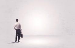Работник финансов не стоя в чисто ничего Стоковые Изображения RF