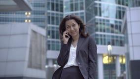 Работник фондовой биржи вызывая телефон сток-видео