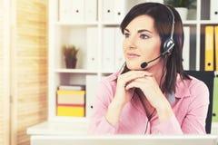 Работник центра телефонного обслуживания в офисе Стоковое фото RF