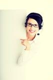Работник центра телефонного обслуживания держа пустую доску знака Стоковое Фото