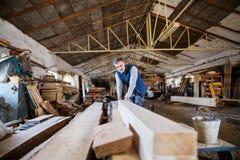 Работник человека в мастерской плотничества, работая с древесиной Стоковая Фотография RF