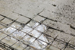 Работник штукатура конкретный на формовке в земле Стоковое фото RF