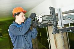 Работник электрика на привязывать Стоковое Изображение