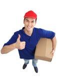 Работник доставляющий покупки на дом показывая большие пальцы руки вверх Стоковая Фотография RF