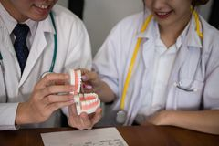 Работник co дантиста обсуждая терпеливую обработку с зубами челюсти O Стоковое Изображение