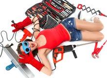 Работник contructor женщины лежа на поле с конструкцией установленным o Стоковое Изображение RF