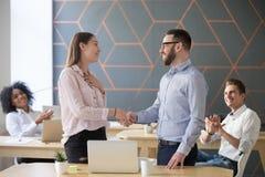 Работник handshaking босса успешный женский поздравляя с Стоковое Изображение