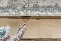 работник plasterize бетон потолка и стены Стоковое Изображение