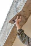 Работник plasterize бетон потолка и стены Стоковое Фото